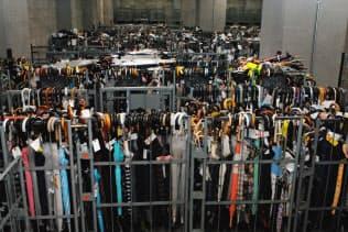 警視庁遺失物センターには、雨の降った日には1日で約3千本の傘が落とし物として運び込まれる(23日、東京都文京区)