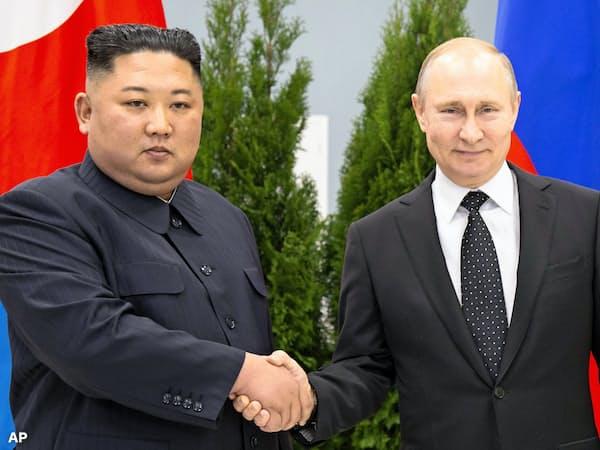 初の首脳会談に臨む金正恩委員長(左)とプーチン大統領(25日、ウラジオストク)=AP