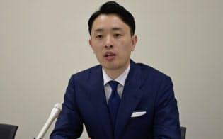記者会見するトビラシステムズの明田篤社長(25日、東証)