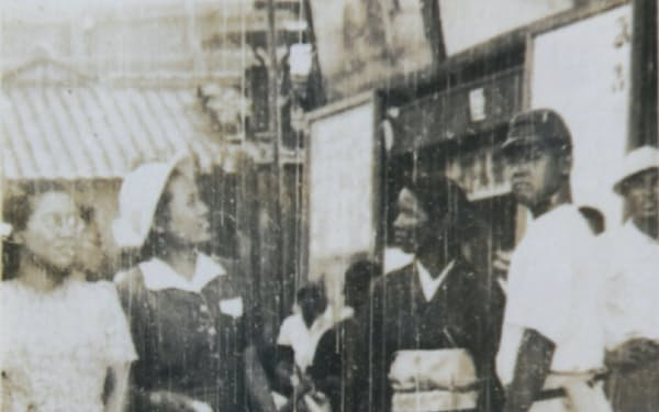 堺の盛り場で(左から2人目が筆者)