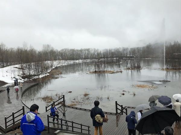 展望デッキを整備した「七色の噴水」。雨で虹はお預け(東川町の忠別ダム)