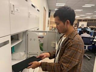 ロックオンでは会社のパソコンは持ち出し禁止。社員は終業後、パソコンをロッカーにしまって帰る。