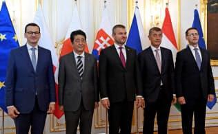 東欧4カ国の首脳らと記念撮影する安倍首相(左から2人目)=ロイター