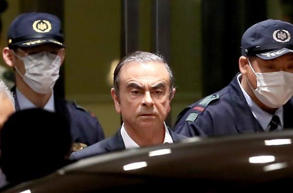 保釈され東京拘置所を出るカルロス・ゴーン被告(25日、東京都葛飾区)