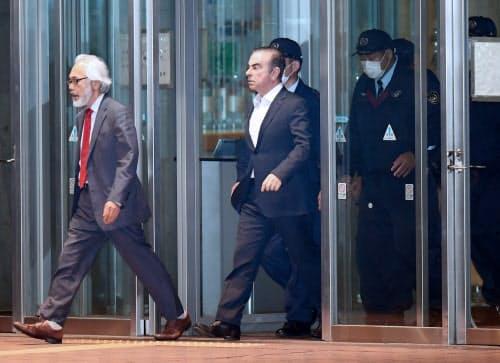 保釈され東京拘置所を出るゴーン元会長(25日、東京都葛飾区)