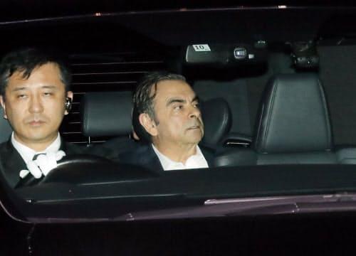 保釈され、東京拘置所を出る日産自動車のゴーン元会長(25日、東京都葛飾区)