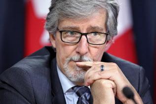 記者会見するカナダ連邦プライバシー委員会のテリアン氏=ロイター