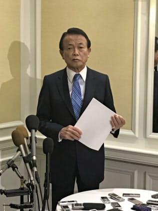 25日、ムニューシン米財務長官との会談後、会見する麻生太郎財務相(ワシントン)