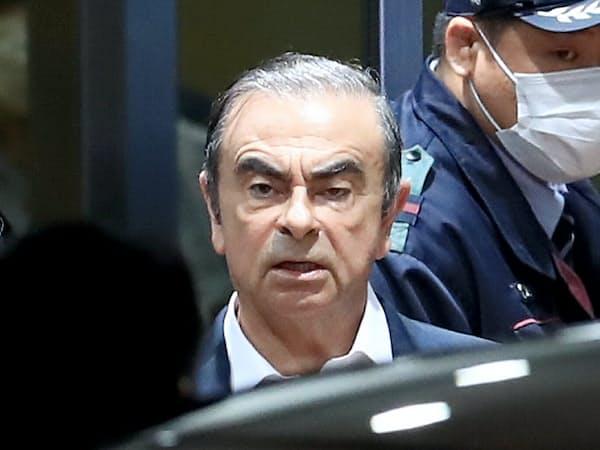 保釈され東京拘置所を出る日産自動車のゴーン元会長(25日、東京都葛飾区)