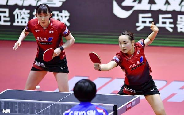 女子ダブルスで準決勝進出を決めた伊藤(右)、早田組(25日、ブダペスト)=共同