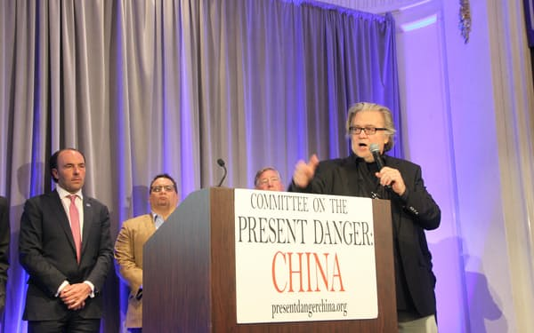 バス氏(左)とバノン氏(右)は中国・ウォール街批判を繰り返した(25日、ニューヨーク市内)