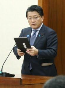 衆院内閣委でタブレット端末を手に答弁する平井科技相(26日午前)