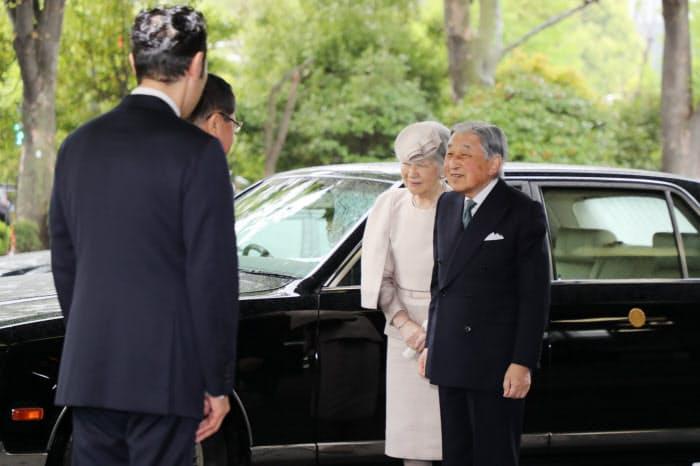 「みどりの式典」の会場に到着した天皇、皇后両陛下(26日午前、東京都千代田区の憲政記念館)=代表撮影