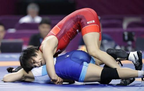 女子57キロ級2回戦 韓国選手(下)と対戦する伊調馨(26日、西安)=共同