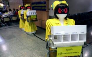 バンコクの病院ではロボットが看護師役を務める=ロイター