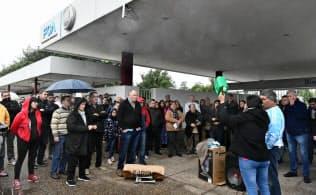 フィアットの工場で抗議する人(4月25日、コルドバ)