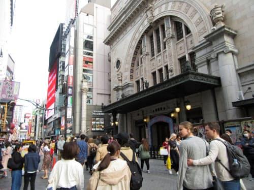 外国人に人気の道頓堀だが大阪松竹座(右端の建物)の歌舞伎公演に外国人の姿は少ない