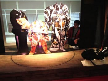 回り舞台では顔ハメ看板や鬘を使い役者気分を体験できる(大阪市の「道頓堀ミュージアム並木座」)