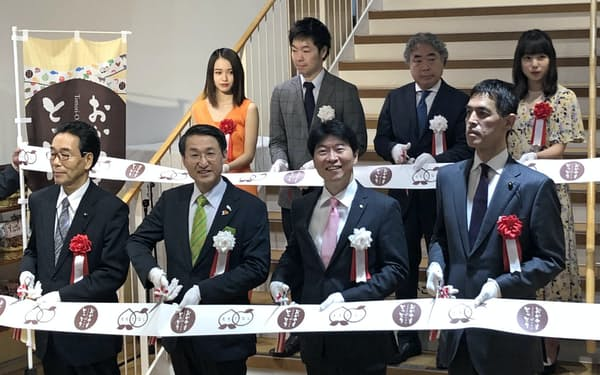 鳥取県と岡山県の共同アンテナショップ「とっとり・おかやま新橋館」の改装オープン式典(4月26日、東京・新橋)