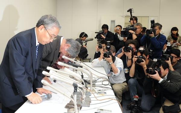 東京地裁での会社更生法適用申請後に開いた会見には、記者やカメラマンが100人以上詰め掛けた(2012年2月27日、東証)