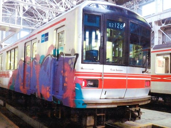 落書きされた東京メトロ丸ノ内線の車両(警視庁提供)