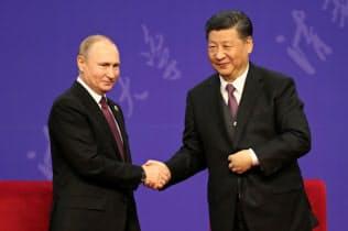 26日に北京で会談したロシアのプーチン大統領(左)と中国の習近平国家主席=ロイター