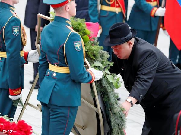 26日、第2次大戦の戦没者追悼施設を訪れ献花した北朝鮮の金正恩委員長(ロシア・ウラジオストク)=ロイター