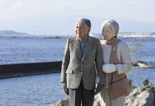 葉山御用邸近くの海岸を散策する天皇、皇后両陛下(1月21日、神奈川県葉山町)