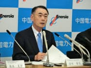 決算発表する中国電力の清水社長(26日、広島市)