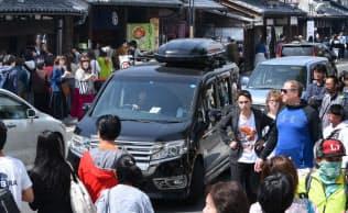 蔵造りの街並みを歩く外国人観光客ら(埼玉県川越市)