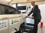 開所式で公用車に水素を充填する阿部知事(26日、長野市)