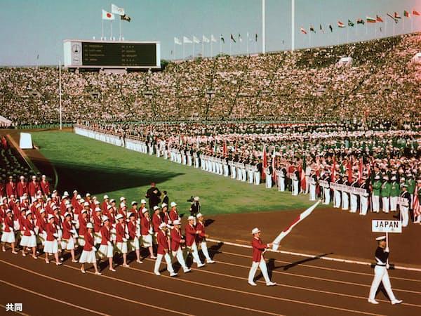 1964年10月10日、東京五輪開会式で入場行進する日本選手団=共同