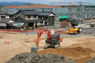 西日本豪雨の被災地では道路や河川の復旧工事が続く(3月、岡山県倉敷市真備町)