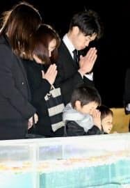慰霊施設で献花し、手を合わせる参列者(26日午後、愛知県春日井市)