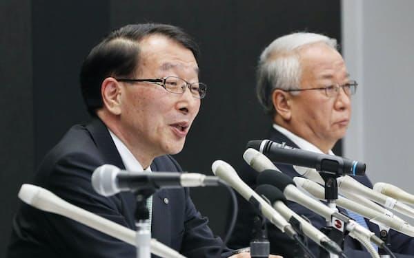 晴れやかな表情で会見するふくおかFGの柴戸隆成社長(左)と十八銀行の森拓二郎頭取(18年8月)