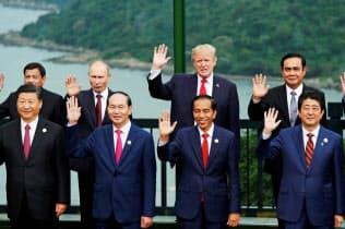 日本の安倍晋三首相(右下)は、米中の新冷戦にしたたかに対応できるか=ロイター