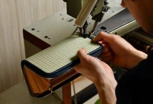 ミシンで畳と革を縫い合わせる=写真 小幡真帆