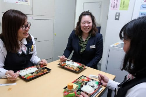 昼休みの導入で行員同士のコミュニケーションも増えた(大阪市)