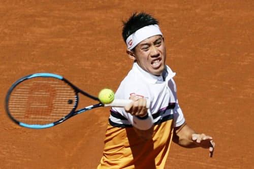 シングルス準々決勝でロベルト・カルバリェスバエナと対戦する錦織圭(26日、バルセロナ)=AP