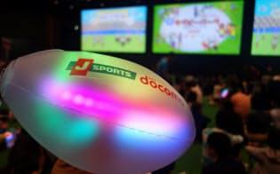NTTドコモの実験では、試合とシンクロして振動するラグビーボールが観客との一体感を演出した