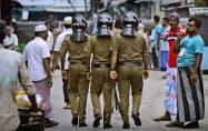 26日、最大都市コロンボを警備するスリランカ警察=AP
