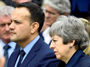メイ英首相(右)とバラッカー?アイルランド首相は、暴動事件をきっかけに北アイルランドの自治政府再開へ自ら動いた(ロイター)