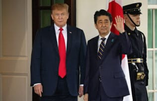 26日、会談に臨む日米首脳(ワシントン)=ロイター