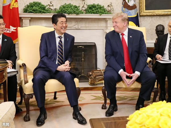 笑顔で会談する安倍首相(中央左)とトランプ米大統領(同右)=26日、ワシントンのホワイトハウス(共同)