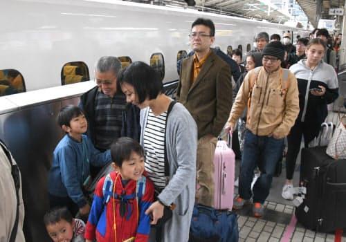 古里や行楽地に向かう人たちで混雑する新幹線ホーム(27日午前、JR東京駅)