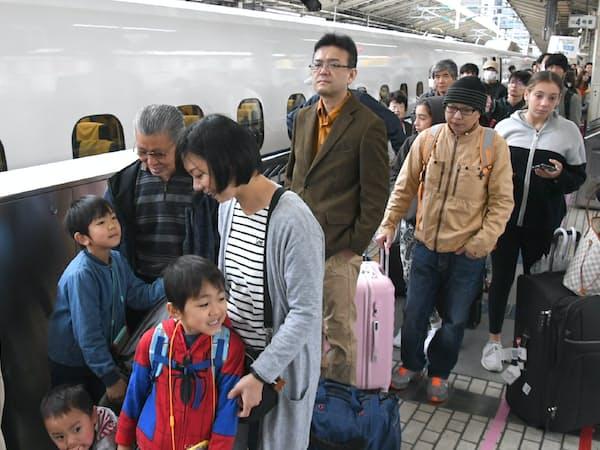 古里や行楽地に向かう人たちで混雑する新幹線ホーム(27日午前、JR東京駅)=森山有紗撮影