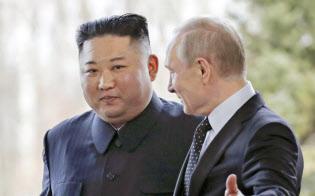 ロシアのプーチン大統領(右)に促される北朝鮮の金正恩委員長(25日、ロシア・ルースキー島)=AP