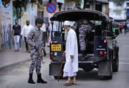 スリランカ陸軍は警察と共に警戒態勢を強化している(26日、最大都市コロンボ)=AP