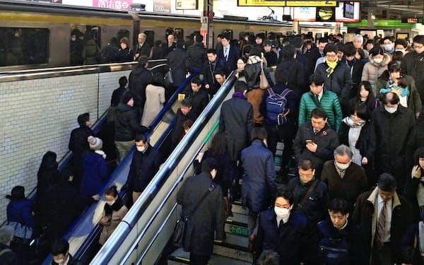 都などは観戦客の円滑な移動に向け、企業に協力を呼び掛ける(JR錦糸町駅の通勤客)