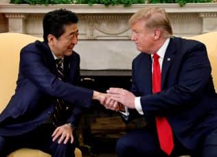 安倍晋三首相(左)とトランプ米大統領は、日米通商交渉の加速で一致した=ロイター